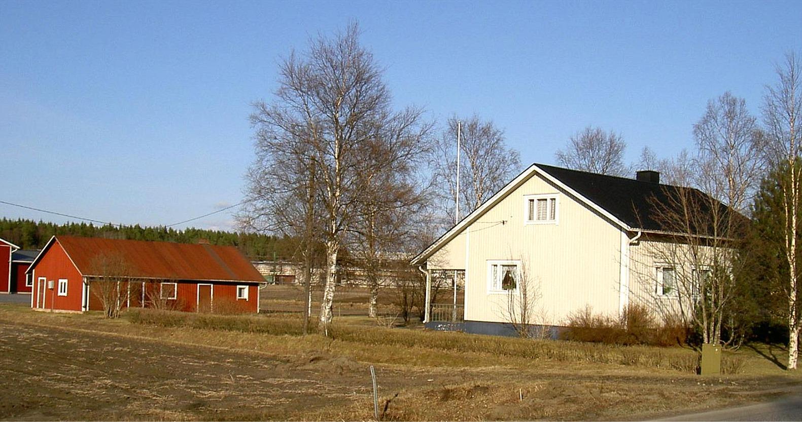 """Den här gården byggdes 1957. Den tidigare ägaren """"Roras-Viktor"""" har byggt uthuset. I bakgrunden skymtar Lindells snickerihallar."""
