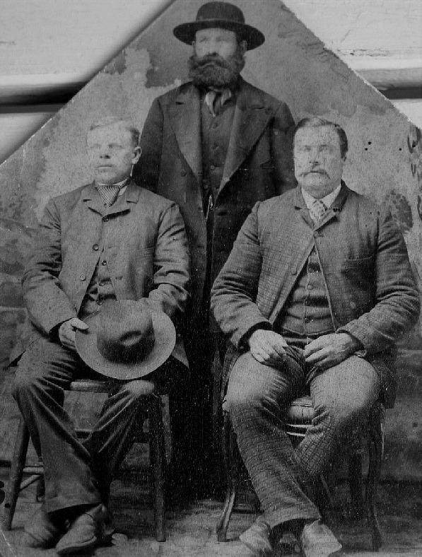 """Här på fotot ser vi att Rebeck-Viktor har kommit fram till Amerika, året är 1888. Han sitter till höger och till vänster sitter """"Klemes-Kalle"""" Karl Erik Klemets, senare Ragnas och bakom dessa står Tjöckbon Henrik Kaas. Fotot utlånat av Kerstin Persson, barnbarnsbarn till Klemes-Kalle."""
