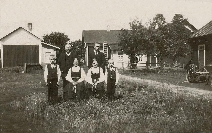 På bilden hela familjen Backlund fotograferad 1927. Fr.v. Eskil 11 år, Josef 56 år, Maria 56 år. Ida 33 år, Emil 33 år och Ragnar 7 år. Notera att gården hade en lång vinkel mot gårdsplanen, som användes som förråd. Detta förråd revs i början på 50-talet då gården renoverades. Tack vare rivningen av förrådet fick köket fönster också mot söder. I samband med renoveringen installerades rinnande kallt och varmt vatten och också inne-WC ,vilket var mycket ovanligt den tiden.