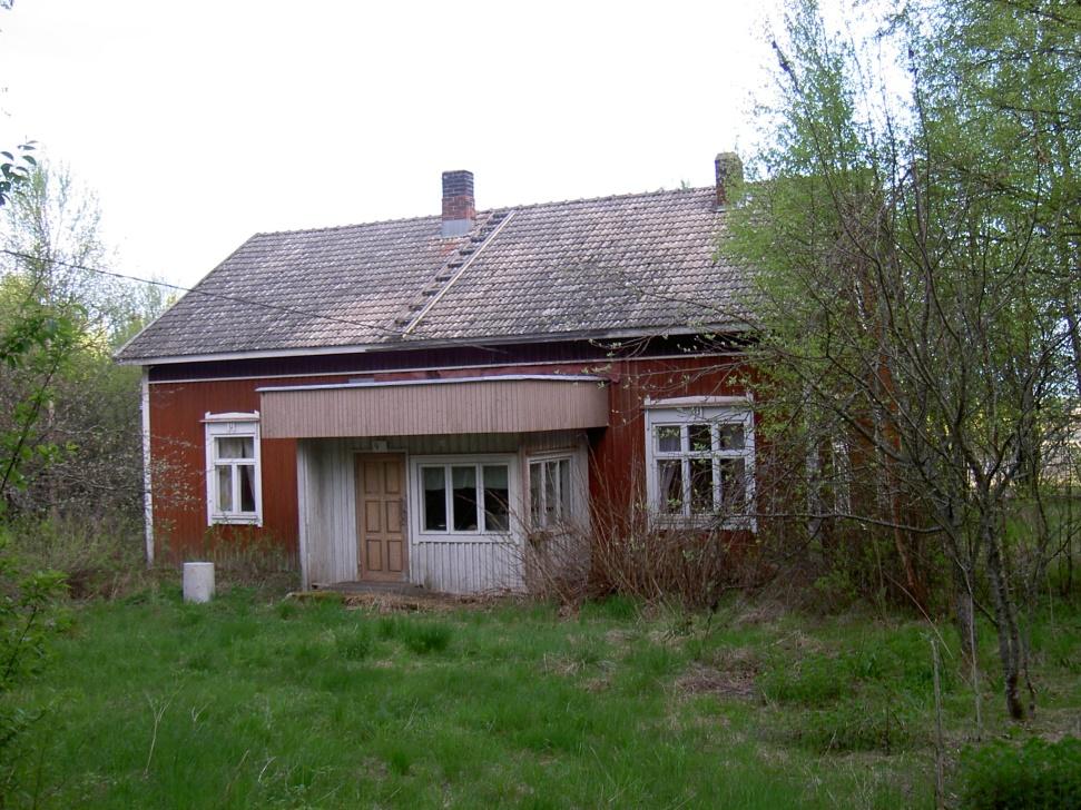 Den gård som Heikki och Ulrika byggde någon gång efter 1910 har renoverats och byggts till flera gånger. Fotot från 2003, taget från Lillsjölidvägen.