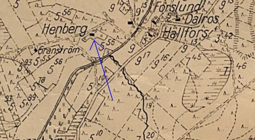 Här på sockenkartan från år 1935 så ser vi var Heikki och Ulrika Henberg byggde sin gård nära Lillsjölidvägen. Bron över Lillån låg i tiderna nedanför Hällfors gård och vägen upp mot Hembergs kallas ännu i dag för Rikaas-tå.