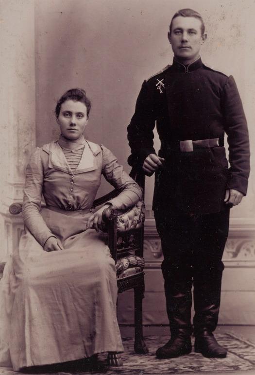 Här syskonen Olga och Viktor Solfvin hos fotografen i Vasa i början på 1900-talet. Olga arbetade då på Ståhls cafe, som fanns i Hartmans hus och Viktor tjänstgjorde i Vasa skarpskyttebataljon.