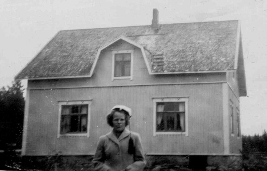 Här står dottern Else-Maj som nybliven lärarinna utanför Hembergs gård, foto från mitten av 50-talet.