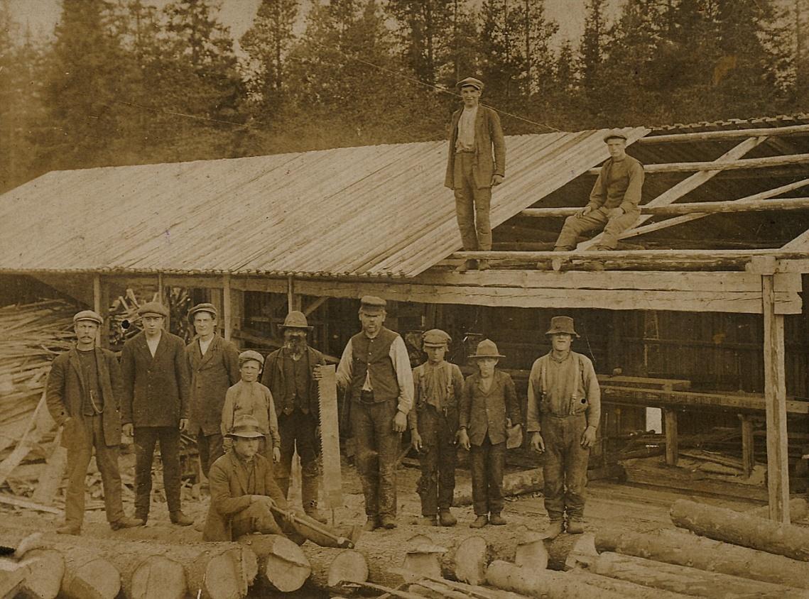 """Runt 1911-12 byggde Viktor Solfvin upp Toivolan Saha i Kornbäcken i Dagsmark. Sågen fanns i Tuimalaforsen och byggaren Solfvin står längst till vänster. Mannen mitt i bild med sågbladet i handen är """"sahatälläri"""" Samuel Santamäki (1863-1929)."""