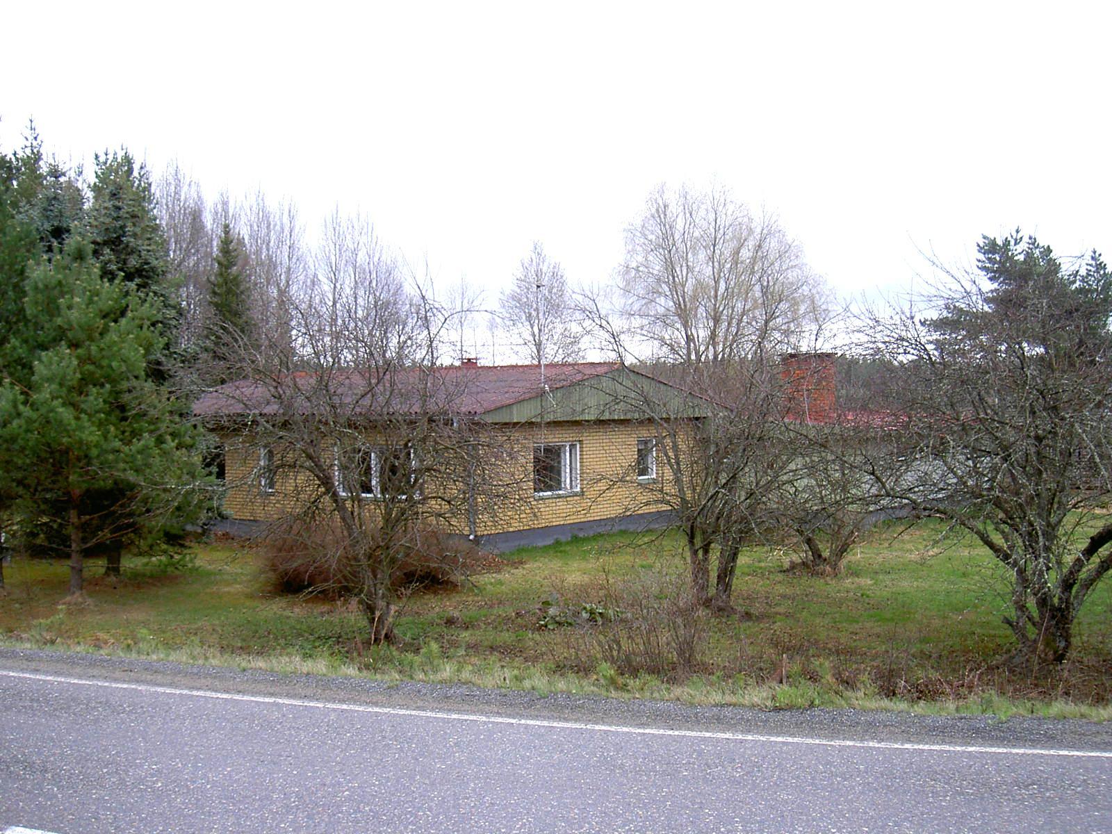 Den här gården byggde Karl Hemberg år 1971 på samma ställe som den gamla gården. Den övertogs sedan av sonen Sten Hemberg (1945-2013) och efter Stens död övertogs gården av utomstående. Fotot från landsvägen år 2003.