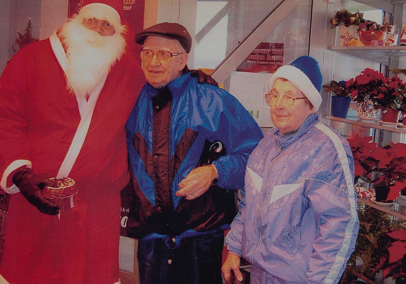 Jultomten hälsar på Ragnar och Jenny i Kerstins Dagsmark Närköp julen 2004.