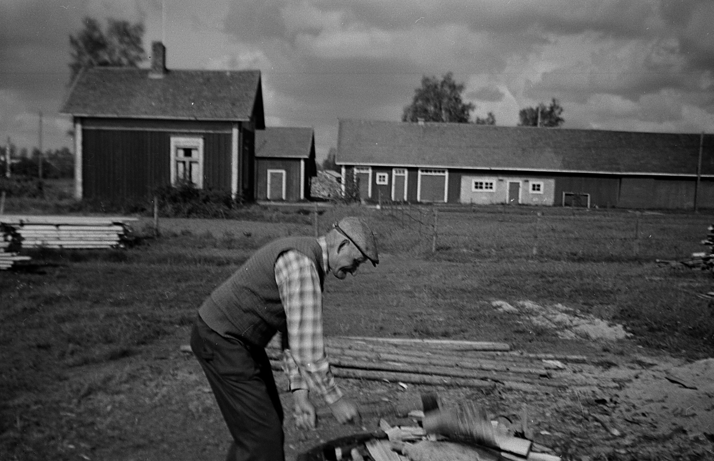 Ida Backlunds bror Frans Agnäs på den nya vedbacken i början på 50-talet. Backlundas uthusen i bakgrunden.