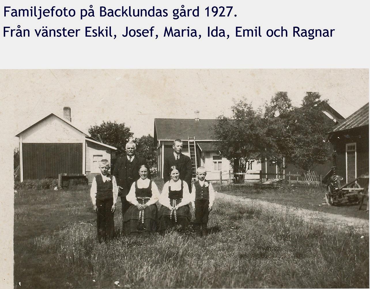 Familjefoto från 1927 med den gården i bakgrunden sådan den såg ut före renoveringen i början på 50-talet.