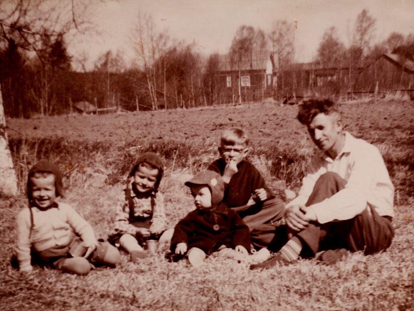 John, Kurt, Lasse, Per-Erik och Ragnar på gräsmattan utanför gården år 1957.
