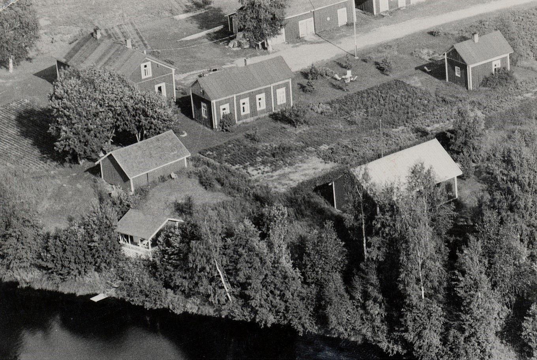 Flygfoto taget från väster där också villan syns som Kurt och John byggde nere vid ån på 60-talet.
