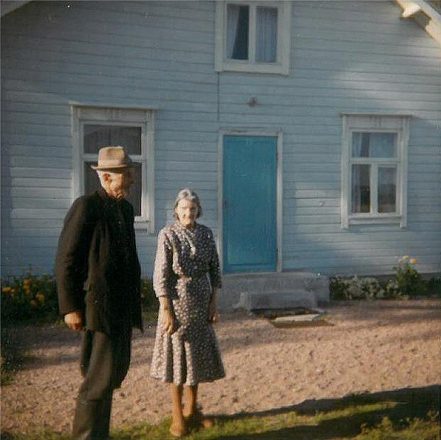 Här står Frans och Mina Grönlund framför sin gård år 1966.