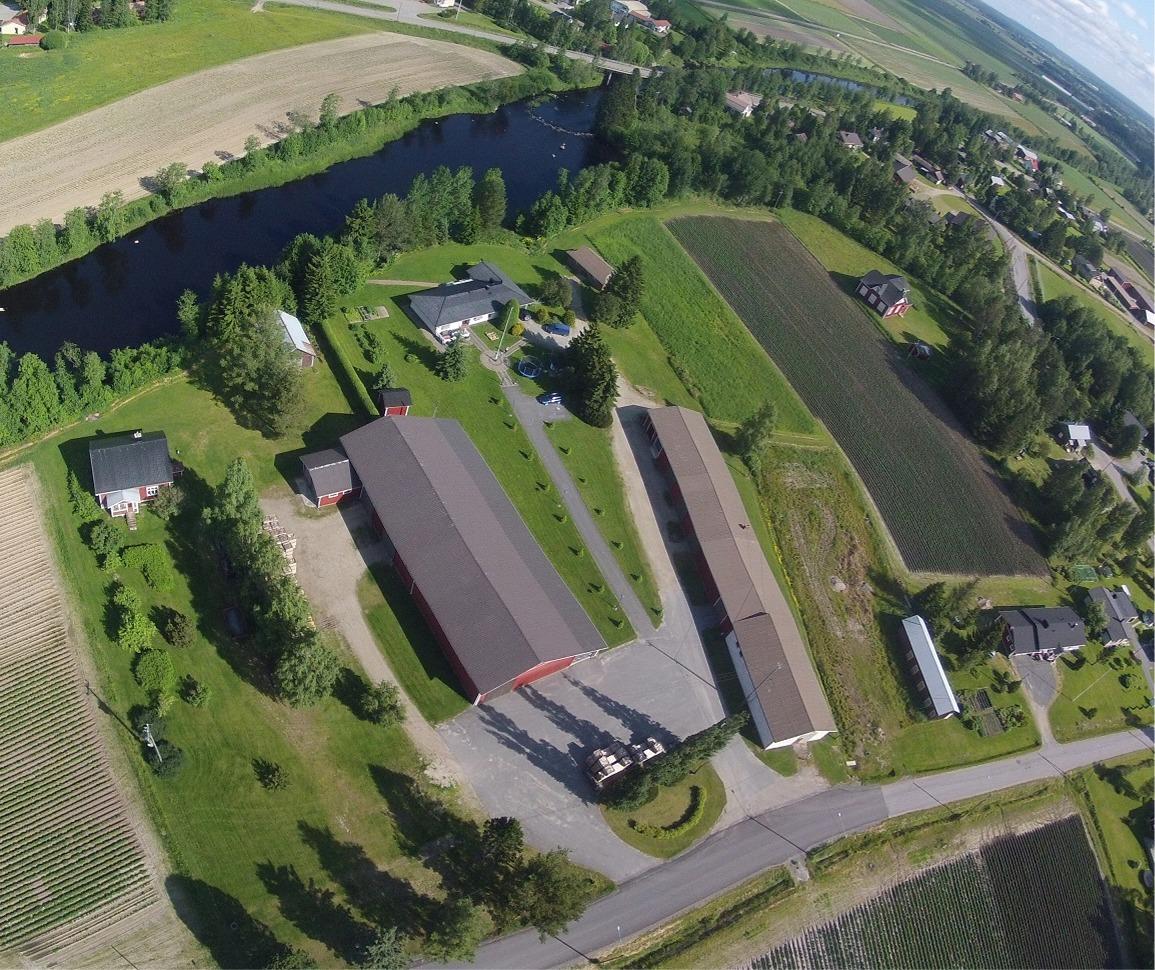 Här på Janne Smeds flygfoto från 2015 ser vi bra hur de olika gårdarna är placerade på södra sidan av Lappfjärds å.
