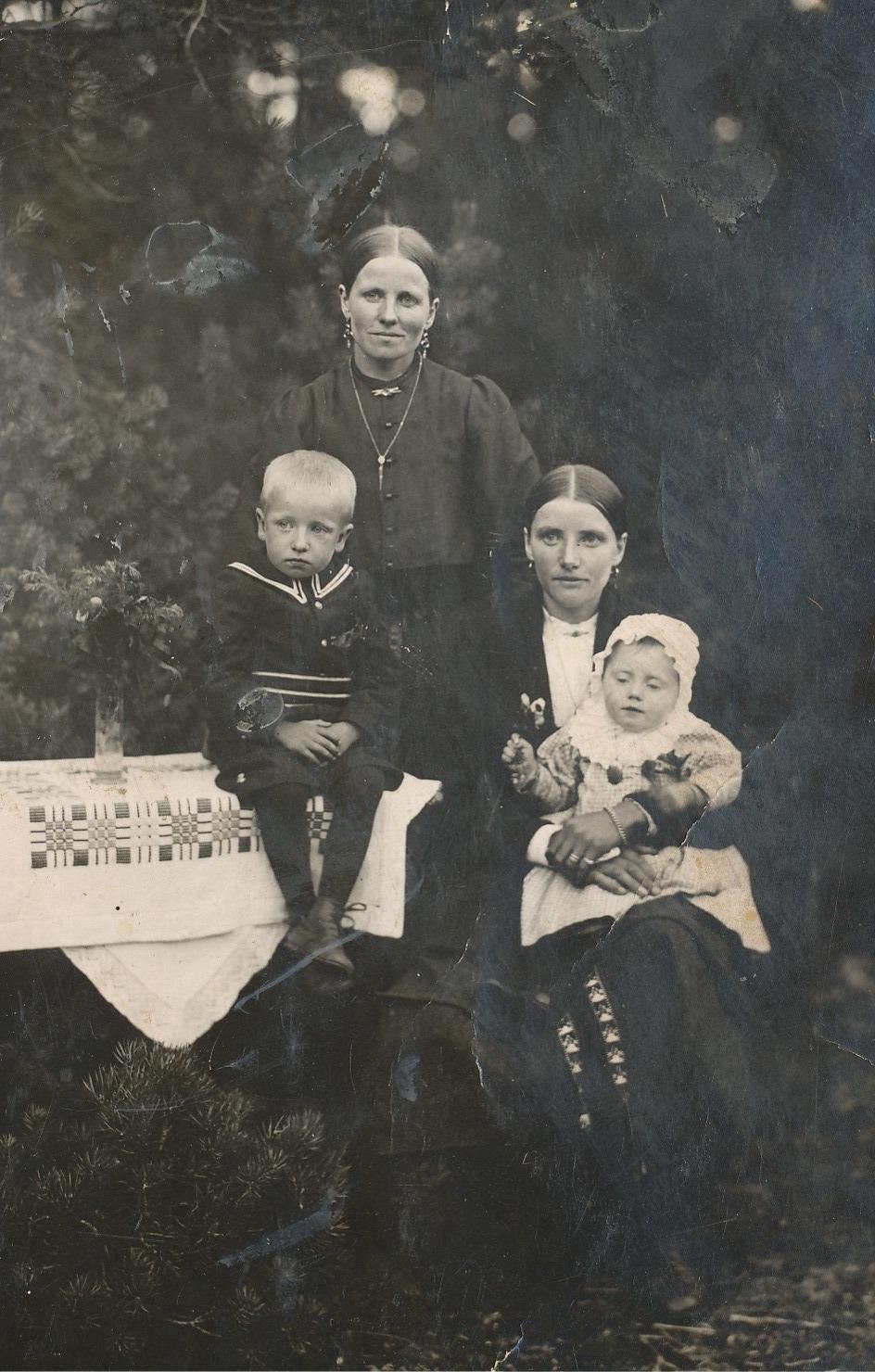 Systrarna Ida Backlund och Hulda Klåvus med barnen Ragnar och Hjördis i mitten på 20-talet.