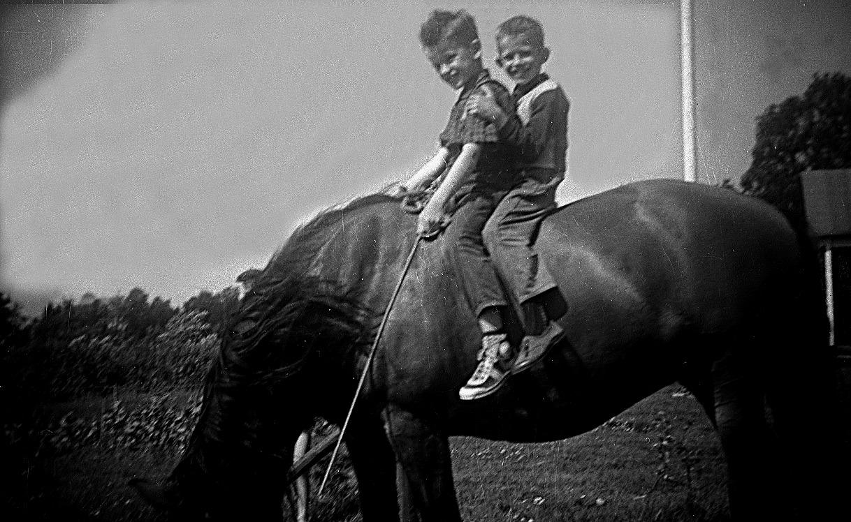 Kurt och John rider på Linda.