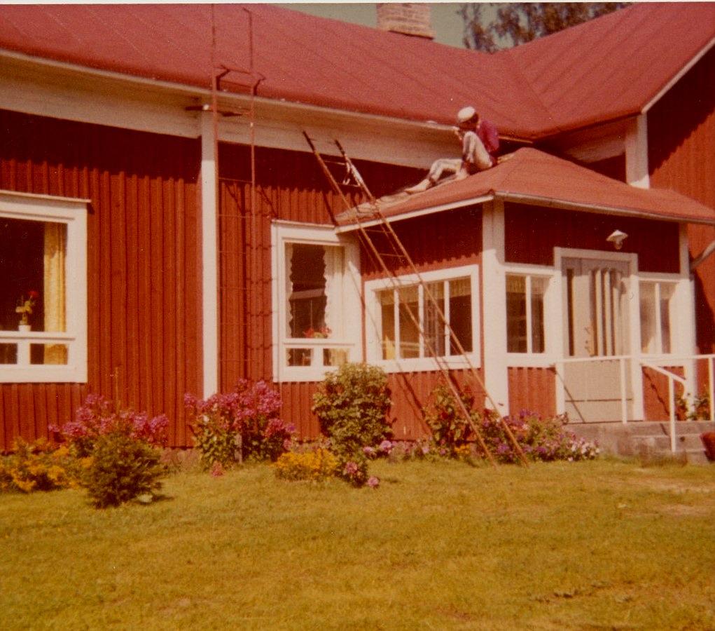 Lasse målar utskeften från farstutaket, någon gång på 60-talet.