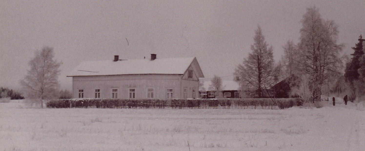"""På fotot den gård som Väinö och Elna Mannila år 1936 köpte av Väinös mor Matilda och hennes nya man Samppa Yliheikkilä. Det var ju """"Kårk"""" Viktor Eklund som i tiderna påbörjade byggandet av denna gård men han sålde gården och hela hemmanet Åbro före huset blev färdigt."""