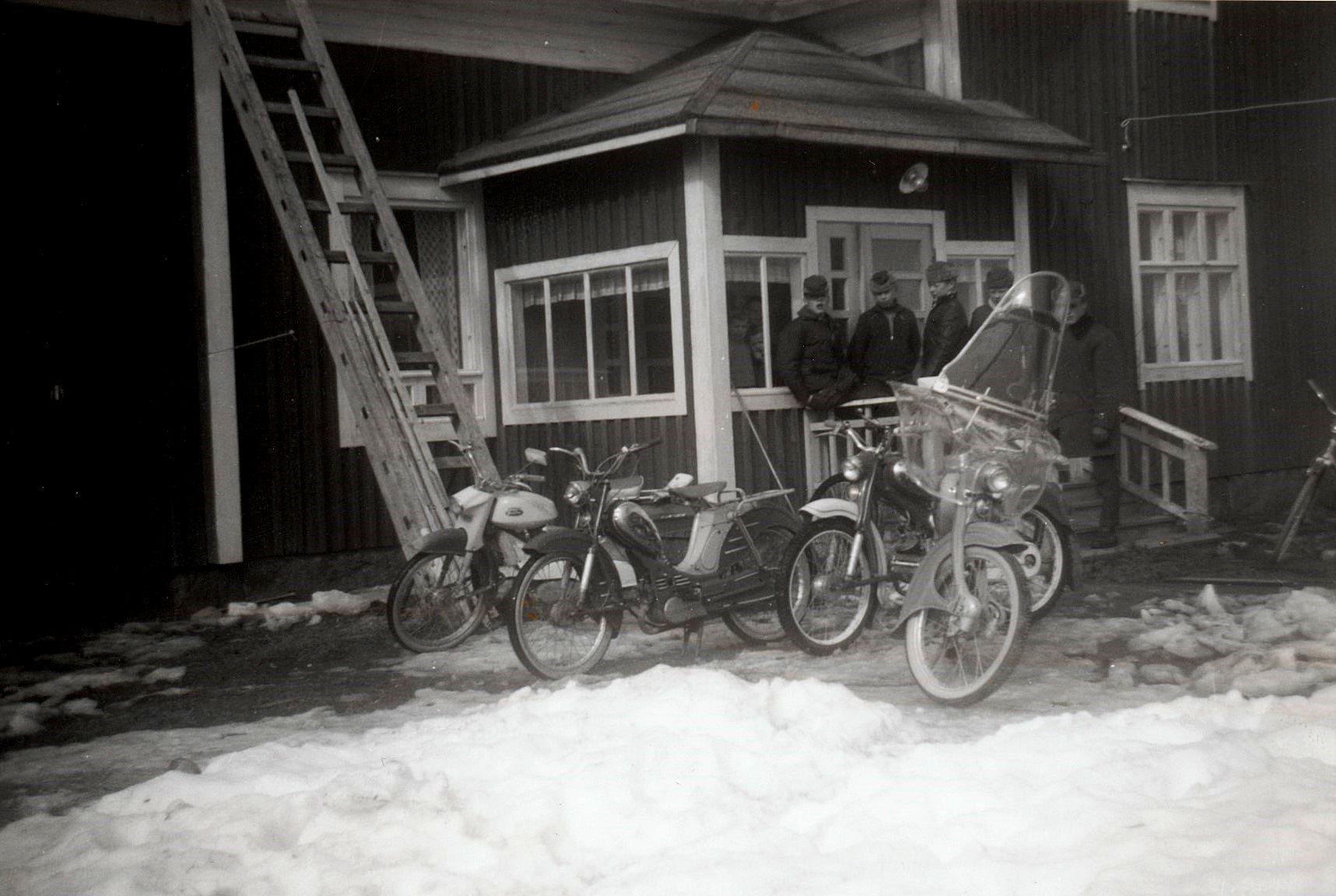 Mopedgänget samlat på trappan i början på 60-talet.