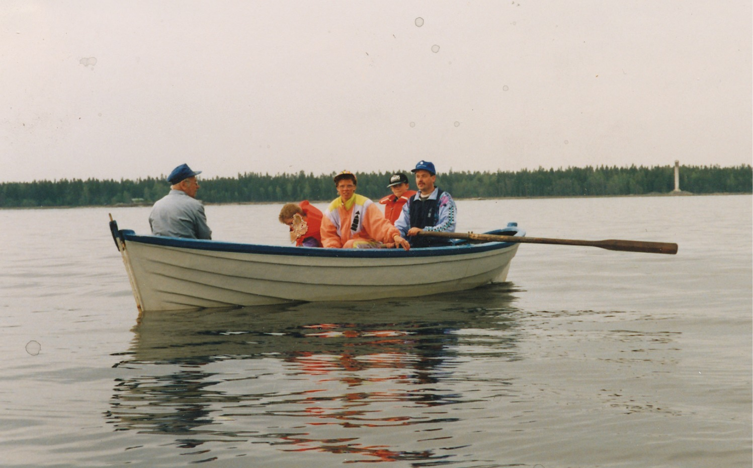 Eva och Lasse med pojkarna i Åkes båt på 90-talet. Foto Fjalar Rosengren.