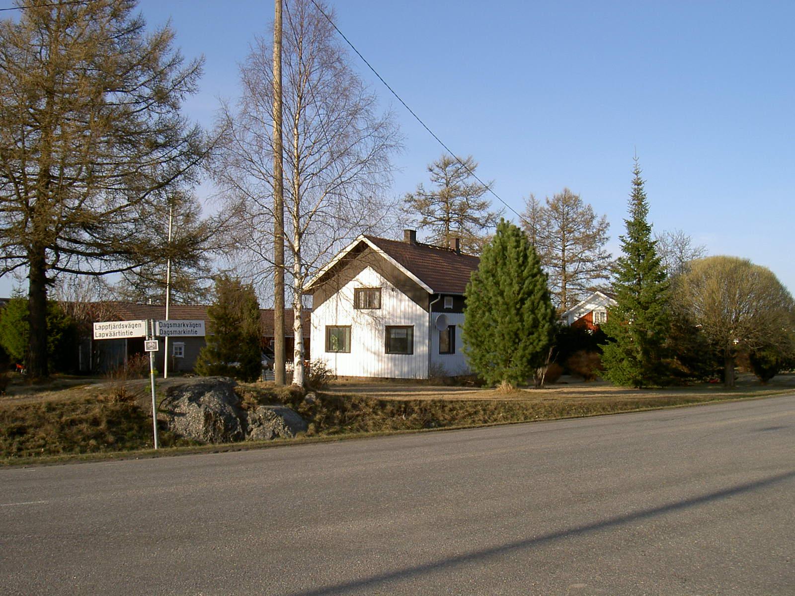 Här en ny bild av Viktors hus, såsom det ser ut idag. Härifrån flyttade han österut några hundra meter till det hus han byggde åt sig och Hilda efter att Per och Elin gift sig 1946.