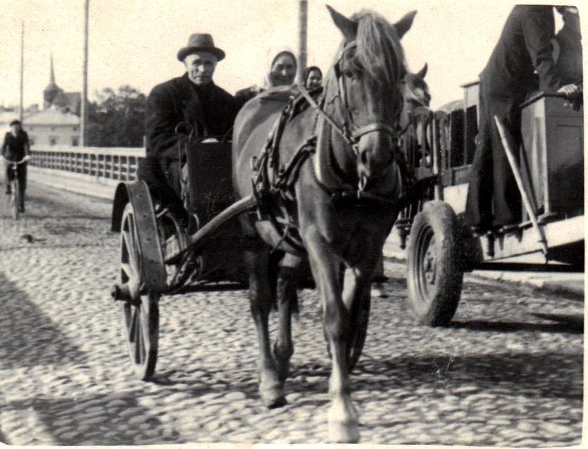Här kan vi ana att Viktor ser lite skämmande ut för han kommer ända till Staden med en hästkärra med järnhjul medan vi ser att kärran bredvid är försedd med ordentliga gummihjul.