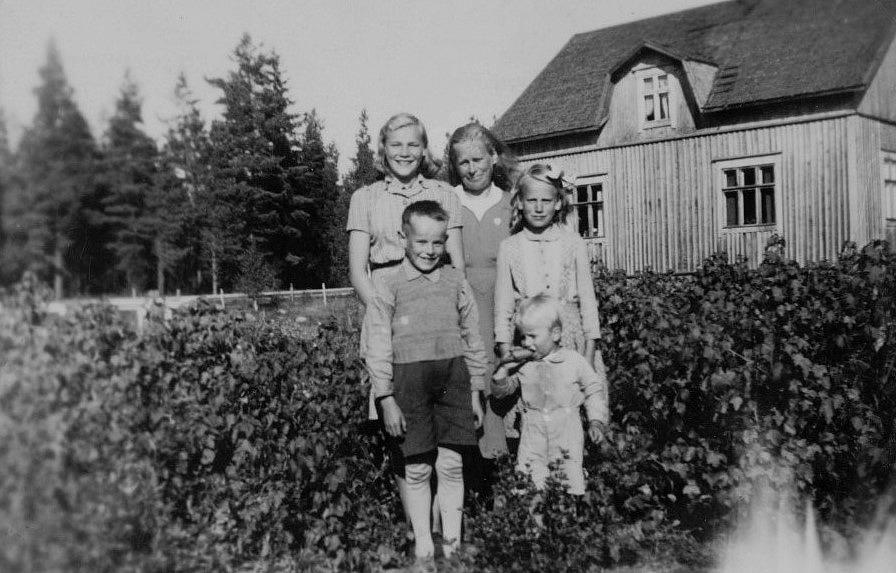 Här står Hulda Hemberg med en del av barnen. Framför henne står Gunvor och Margaretha, längst fram pojkarna Dick och Sten.