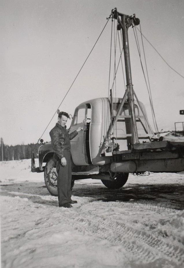 Åtminstone Dick Hemberg, som just har fått körkort visste hur stockkranen på pappa Kalles Bedford fungerade. Med denna Bedford kördes det både timmer från skogen, och plankor och bräder till Kaskö.