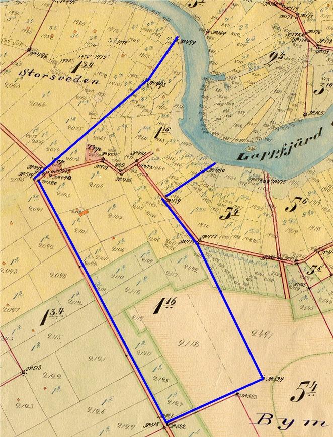 Här på storskifteskartan från 1900-1912 så ser vi att Erik Anders och Ida Sundblom fick hemmanet Sundholm 1:16 mellan Storsvedan och Bymossen. Hemmanet som då var på 33 hektar fanns på 2 ställen, hemskiftet och så skogen på Bergåsen, nära Gamlavägen. I övre ändan syns det 2 torp, det till vänster fanns där Mannfolkas och det andra nära Dal-Fransas gård.