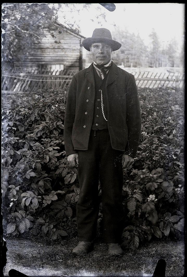 """Här """"Kårk-Erik-Jåhan"""" Lång fotograferad av Viktor Nylund. Erik Johan bodde i tiderna på det ställe där Norrviks bor idag men flyttade efter kriget till Mylläris gård nära sportplanen."""