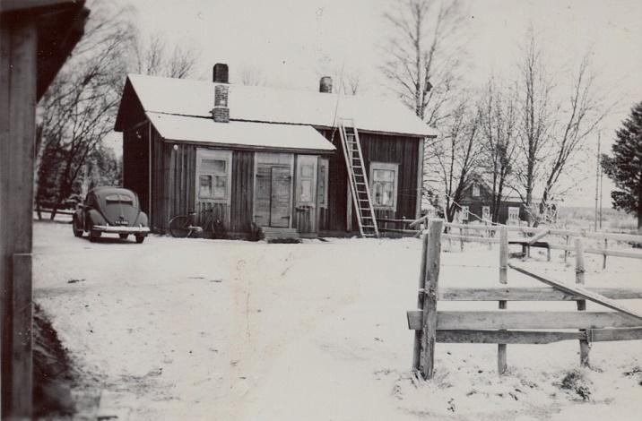 Här Sandbackas gård fotograferad från söder. I bakgrunden syns Bertel Långfors gård.