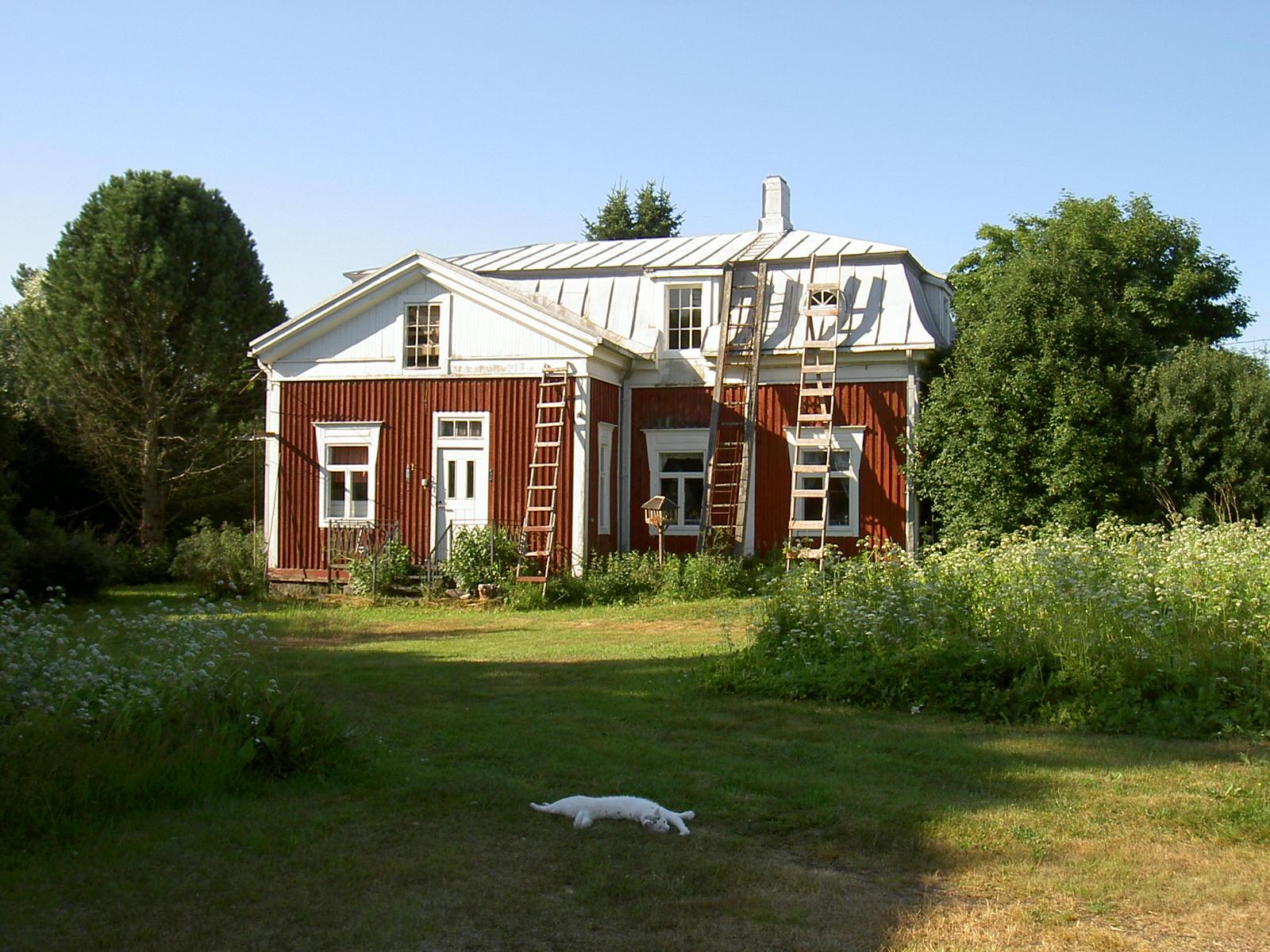 Det här speciella huset på Åbackvägen byggdes år 1930 av kapten Nils A. Nelson (1881-1961) och hans hustru Amanda (f. Gröndahl 1885-1944).