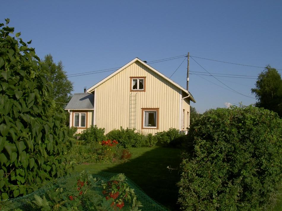 Här Lövholms gård fotograferad från väster år 2003.