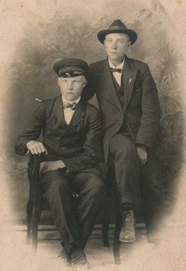 Pojken till höger är Arthur Lövholm, den andra är tillsvidare okänd.