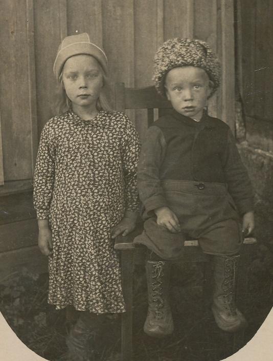 Här barnen Elvi och Arne Lövholm.