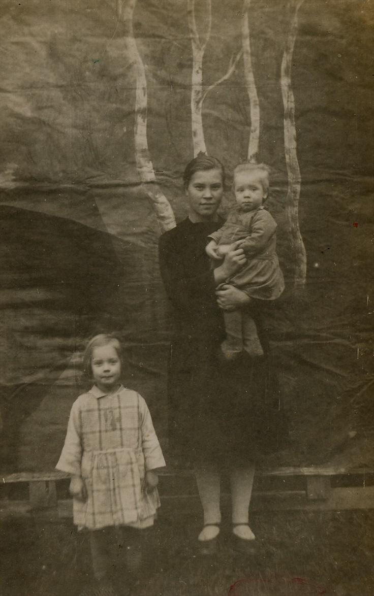 Här har Arthur fotograferat sina barn framför en kuliss, tillsammans med en okänd piga.