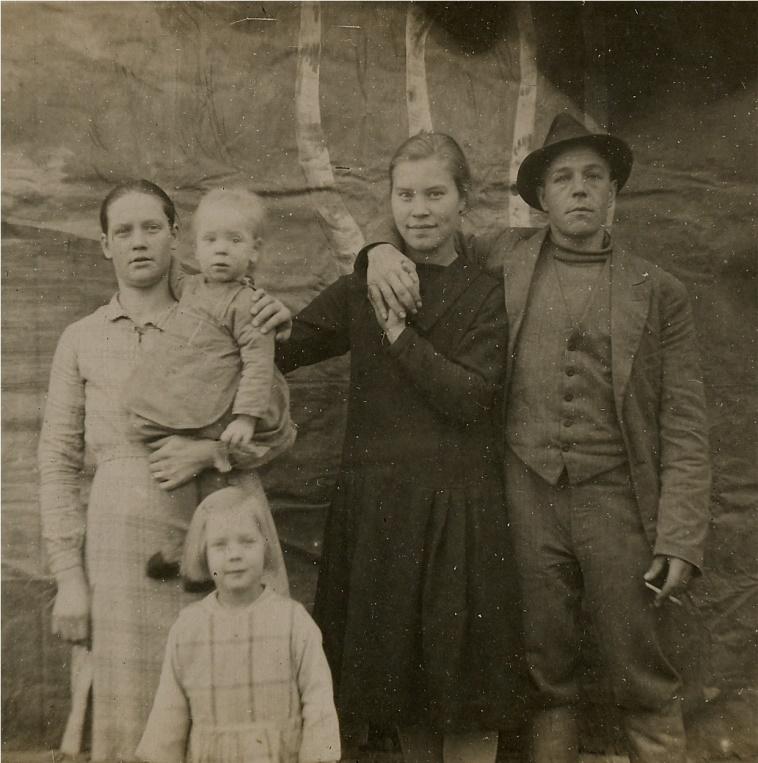 Till vänster Helmi Lövholm tillsammans med barnen Elvi och Arne. Mannen till höger är Hemming Lövholm, medan flickan i mitten är okänd.