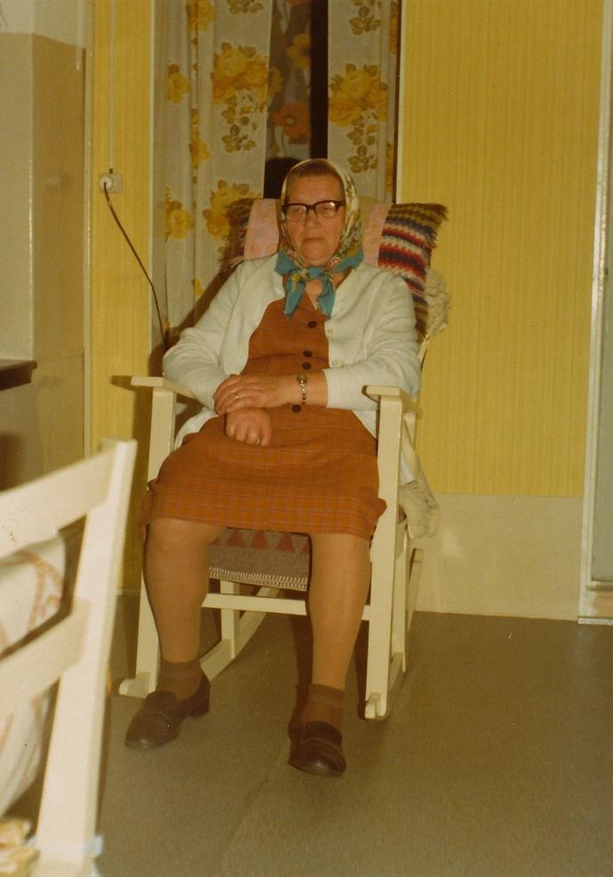Helmi Lövholm sitter så förnöjd i gungstolen.