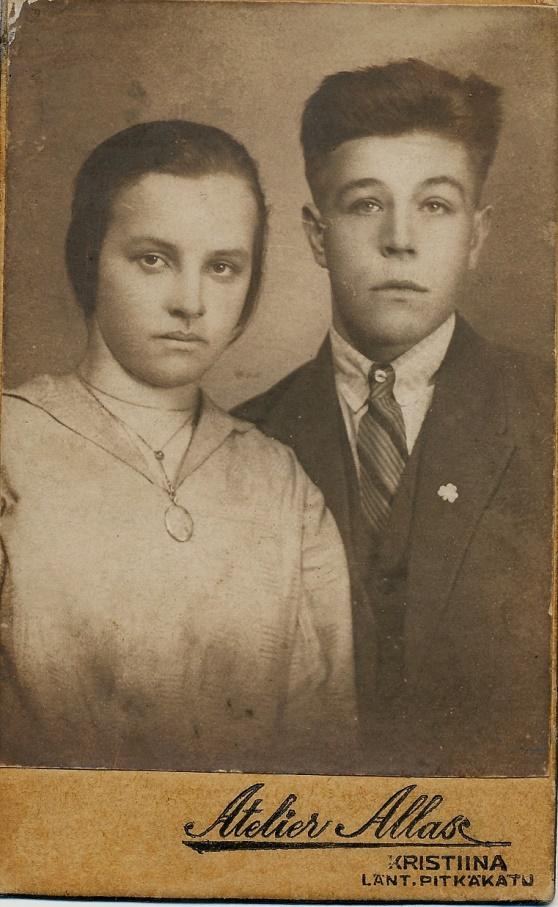 Här Hemming Lövholm (1905-1961) tillsammans med hustrun Martta, född Hautakangas i Storå (1907-1987). Hemming och Martta fick hela 13 barn, varav 10 levde till vuxen ålder. Martta flyttade på äldre dagar till Sverige och hon dog i Flen år 1987.