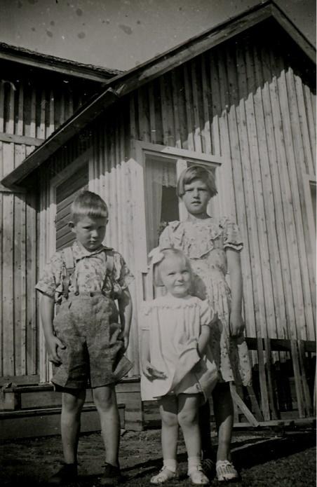 Här Olavi Niemi tillsammans med två flickor, som båda borde heta Pirkko.