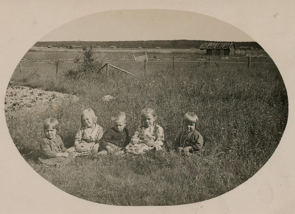 Andra från vänster är Elvi Lövholm och i mitten sitter Arne. De övriga är tillsvidare okända.