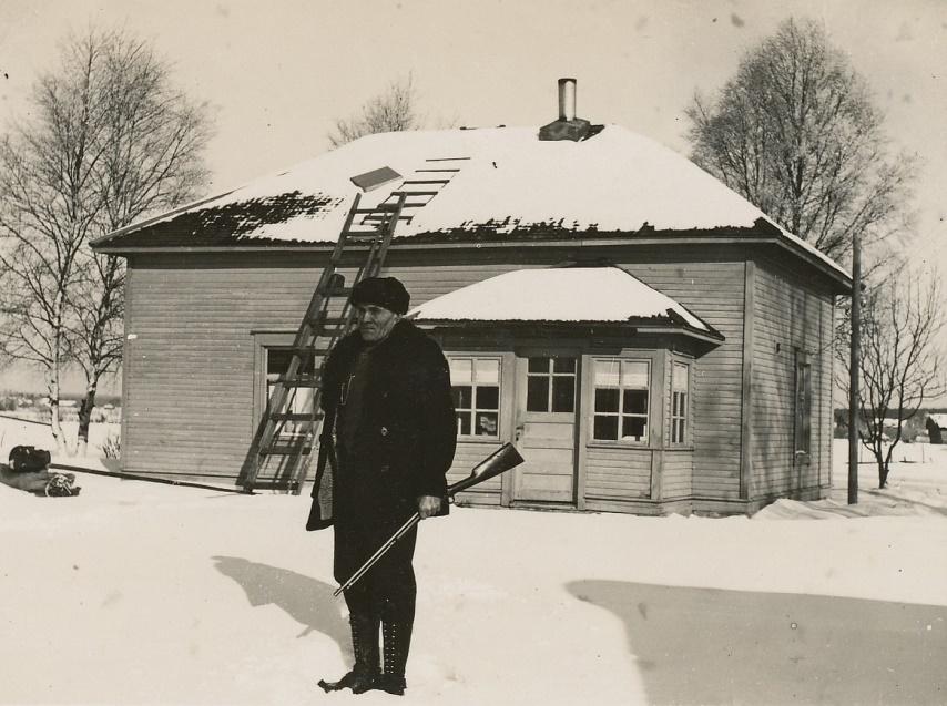 Arturs foto av Erik Anders Brobergs gård i Nystad. Mannen med geväret är fortfarande okänd.