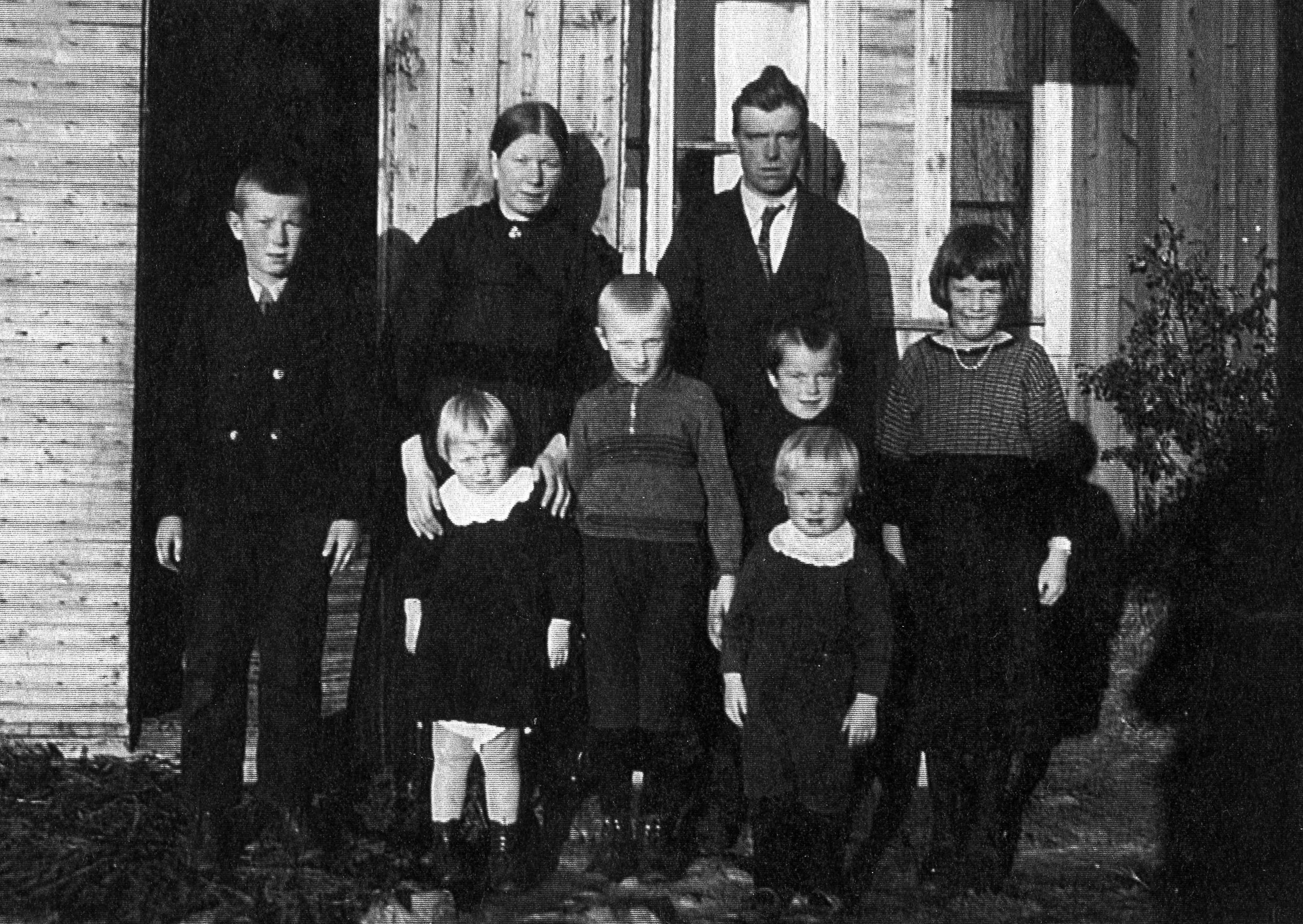 Här står Hilma och Emil Sandbacka med barnen Elis längst till vänster. I mitten står Egil och följande är Erik och Else. Längst fram står Alice och Åke. Fotot från 1937-38.