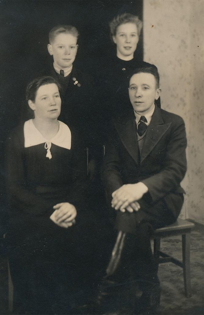 Här sitter Helmi och Arthur Lövholm med barnen Arne och Elvi.