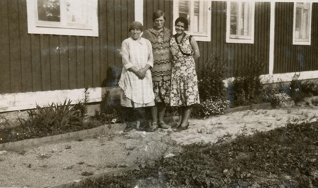 På samma bild sjökapten Nelsons båda hustrur, första hustrun Amanda till vänster och Elvira i mitten. En Linnea står till höger.