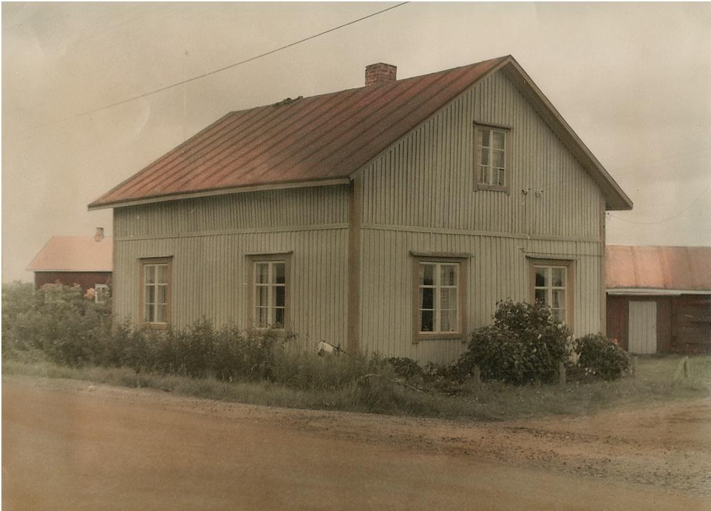 """Tomten där Arthur byggde sitt hus är endast 700 m2 stor och den hörde ju tidigare till """"Roras-Viktoras"""" alltså Viktor Rönnqvists hemman. Gården fotograferad från öster i början på 60-talet."""