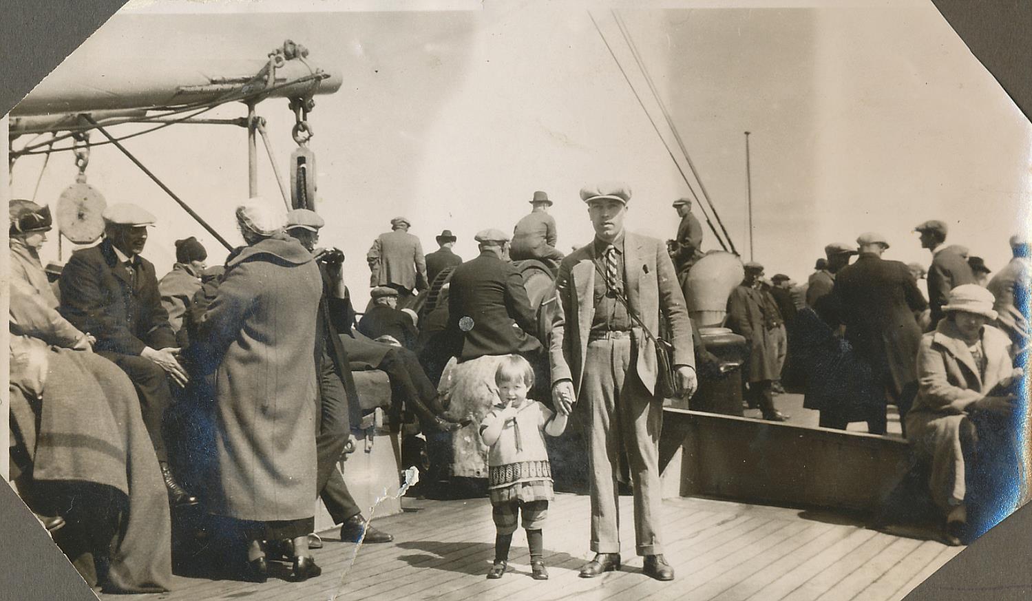 Här Lilli, 2 år gammal på båten från Amerika tillsammans med sin pappa Frans Eklund. Året var 1925 och de skulle bara på ett kortare besök men de for aldrig tillbaka.