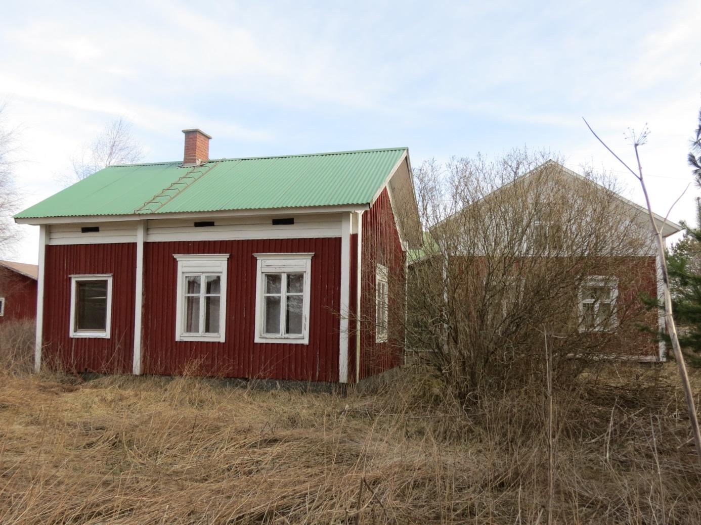 Det var alltså i den här lillstugan som Ellen började umgås med byggaren Yrjö Pullola från Storå. Lillstugan fotograferad 2014 från söder. Lillstugan var i tiderna förlängd med uthus och ett fähus.