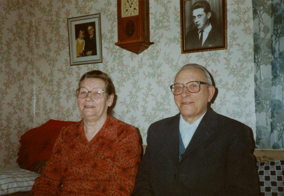 Här sitter Helmi och Arthur Lövholm.