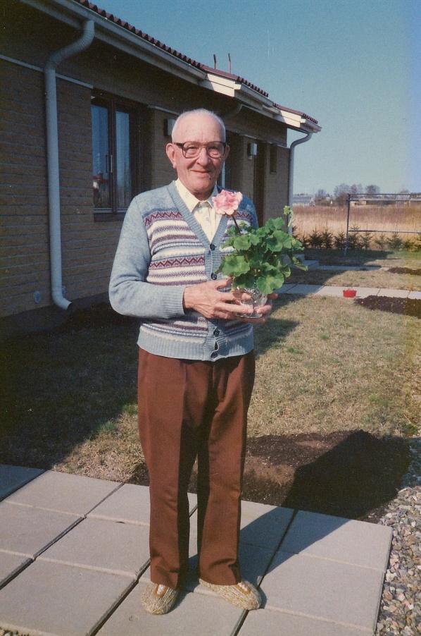 Här uppvaktas änklingen Arthur Lövholm på sin 82-års dag.