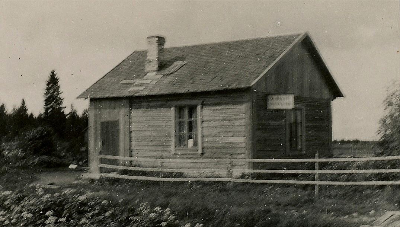 År 1932 så byggde Arthur och Helmi Lövholm detta hus uppe i Nystad och här hade Arthur också sin skomakarverkstad. Fotot är otydligt men på skylten skall det stå: Lövholms Skomakeri. Samtidigt byggde brodern Hemming sin egen stuga, som fortfarande står kvar nära vägen. Arthurs stuga låg nära Hemmings men närmare skogen.