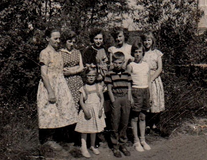 I bakre raden står Martta bredvid döttrarna Onerva, Helga, Pirkko, Rauha. Framme står Hannele, Allan och Sirkka. Evi, Kerttu och Rakel saknas på fotot.